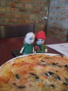 Murre och Plurre äter pizza.